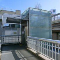 代田橋駅に行く前に環状七号線を渡りますがエレベータ付きの歩道橋がありますので安心です