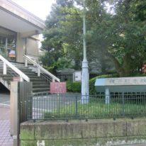 龍子記念館へは徒歩3分ほど。近代日本画の巨匠と称される川端龍子の約140点あまりの作品を所蔵、多角的な視点から龍子の画業を紹介しています。